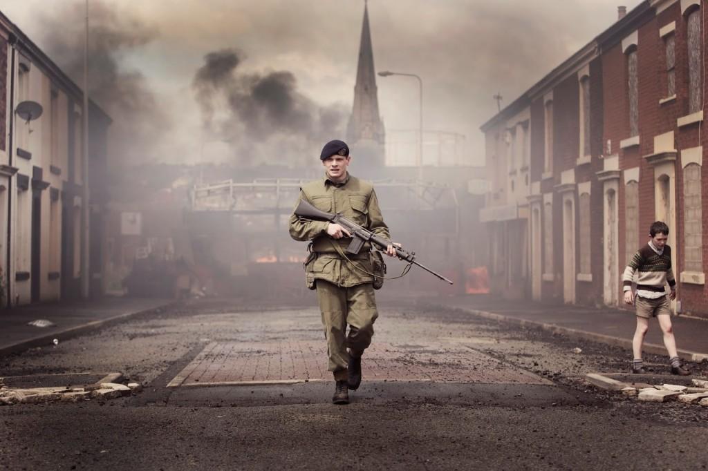 """Critique / """"'71"""" (2014) : le soldat Gary doit se sauver 2 image"""