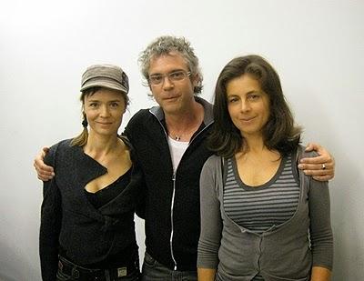 Côte à côte sur la photo : Caroline Proust, Brannon Braga, Anne Landois
