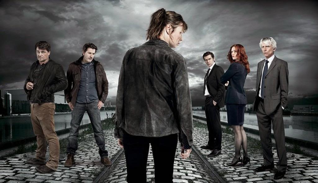 Une photo représentant le capitaine Laure Berthaud et son équipe dans un environnement urbain très froid, le ciel gris menaçant.