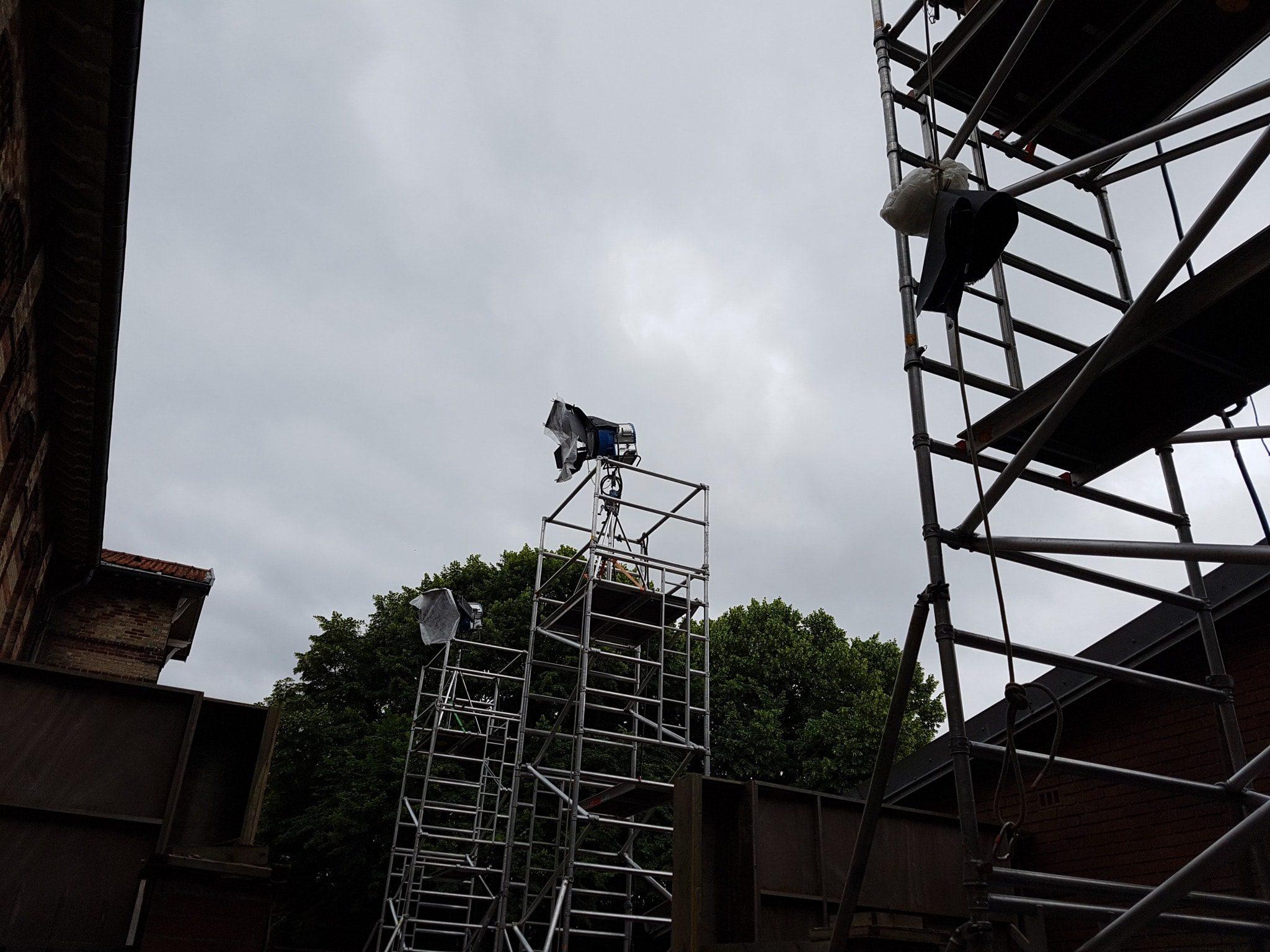 Sur le tournage de « Un village français » saison 7 avec le chef décorateur François Chauvaud 1 image