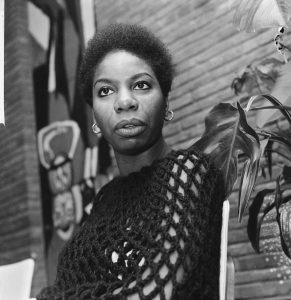 Portret van de Amerikaanse zangeres Nina Simone die met kerst op televisie zal verschijnen