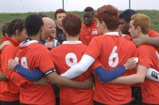 À nous de jouer ! image Coach Sylvain avec ses joueurs