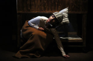 Caché dans son buisson de lavande, Cyrano sentait bon la lessive photo critique avignon off