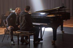 AU BOUT DES DOIGTS de Ludovic Bernard image film Jules Benchetrit et Lambert Wilson