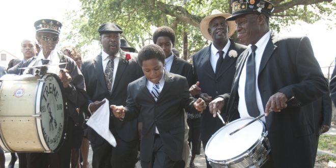 Treme saison 1 épisode Daymo's funeral. Batiste joins the Parada. Alcide and Randall catch up with their father