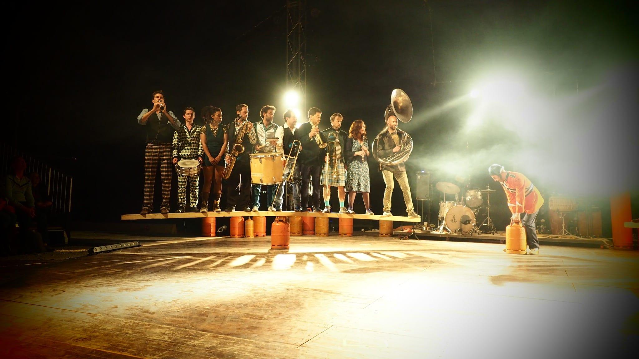 ESQUIF - Surnatural Orchestra, Cirque Inextremiste et Cie Basinga image cirque et fanfare