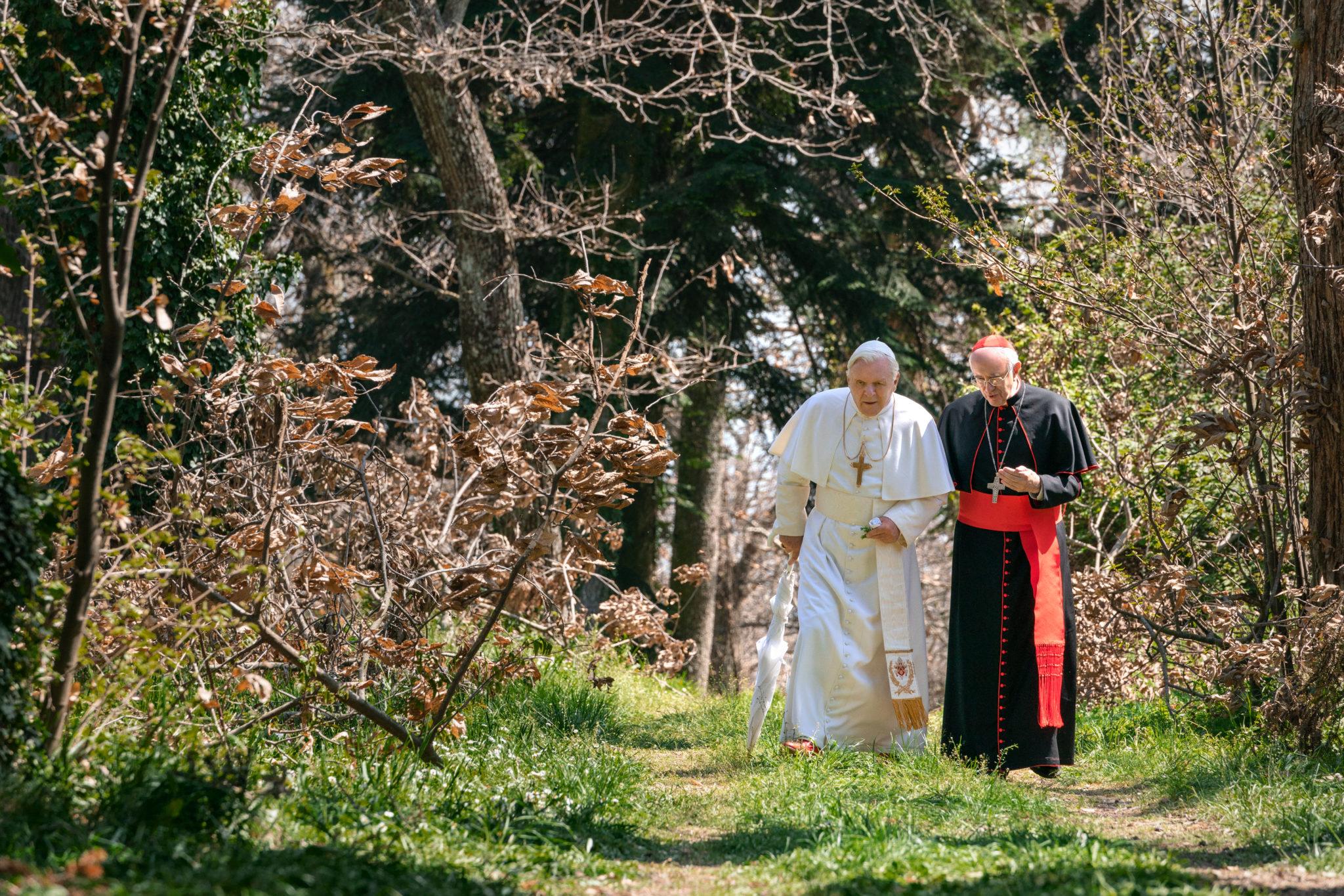 les-deux-papes-photo-anthony-hopkins-jonathan-pryce-avis-critique-scaled.