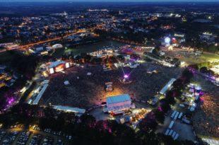 Les Vieilles Charrues image site de nuit festival musique