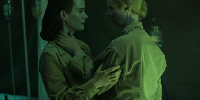 RATCHED (L to R) SARAH PAULSON as MILDRED RATCHED and CYNTHIA NIXON as GWENDOLYN BRIGGS in episode 103 of RATCHED Cr.