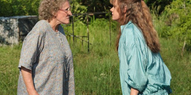 """HILLBILLY ELEGY: (L to R) Glenn Close (""""Mamaw""""), Amy Adams (""""Bev"""")."""