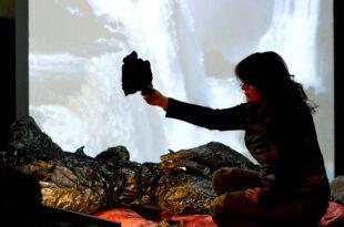 Angelika Markul devant Gorge du diable Photo de Marc Domage copyright Courtesy of thr artist